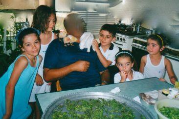 Moi, ma sœur, avec notre cousin et nos deux petites cousines à la cuisine de la maison de ma grand-mère à Homs en été 2001. Cette maison a été ciblée en avril dernier par trois tirs d'obus, avec des dégats légers.